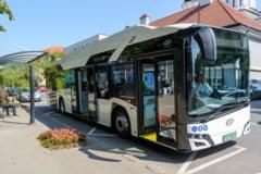 Orașul în care localnicii pot circula gratuit cu un autobuz electric în perioada de testare. Alte 12 mijloace de transport ecologice urmează să fie cumpărate cu bani europeni