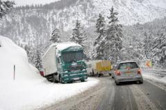 Orice viscol si zapada in Romania inchide drumuri si autostrazi. Transportatorii au pierderi, cetatenii sunt blocati. De ce nu se schimba ceva?