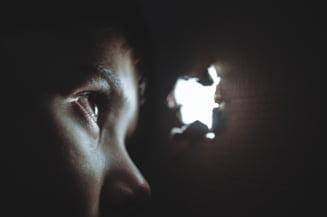 Ororile prin care a trecut o copila de 13 ani, abuzata sexual de mama si de tatal sau timp de cinci ani. Parintii fetei au fost retinuti