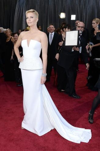 Oscarul tinutelor pe 2013: cine a picat si cine a luat premiul? (Galerie foto)