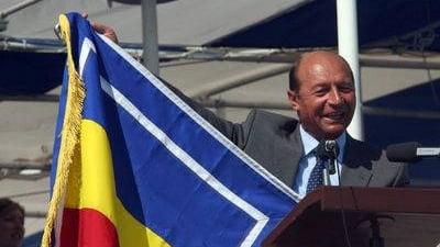 PNL: Basescu incalca legea folosindu-se de insemnele nationale in campanie