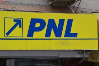PNL sta pe un butoi cu pulbere care risca sa-l transforme in cel mai mare partid mic. Acuzatii de manevre si cooperative
