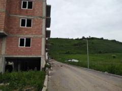 POZA ZILEI. In Floresti, balcoanele unui bloc, construite peste un drum