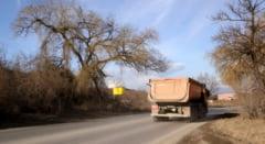 PRAFUL SE ALEGE DE BANII INVESTITI. Drumurile judetene, distruse de camionagii lacomi