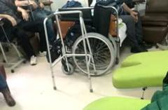 Pacienti cu boli grave stau ingramaditi, pe holuri, sa primeasca tratamentul salvator la Institutul Fundeni