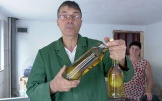 Palinca cu para in sticla, mandria unui producator din Buzau. Care este secretul introducerii fructului