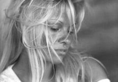 Pamela Anderson, goala, recreeaza faimoasa scena a dusului din Psycho (Foto)