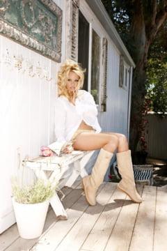 Pamela Anderson, pe ultima coperta nud a revistei Playboy (Foto)