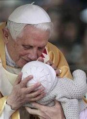 Papa Benedict, intampinat de 400.000 de credinciosi, la Fatima