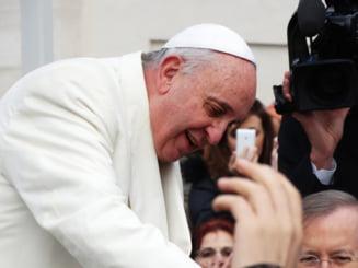 """Papa Francisc, după ce a făcut o operație la colon: """"Sunt încă în viață. Deși unele persoane m-au vrut mort"""""""