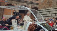 Papa Francisc a fost primit cu lacrimi de bucurie, emotie si speranta la Sumuleu Ciuc