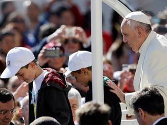 Papa Francisc uimeste din nou - calatoria vietii pentru doi pustani (Video)