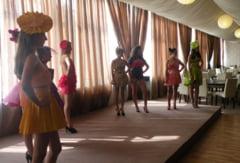 Parada modei cu rochii din hartie si saci menajeri la Colegiul Tehnic Napoca