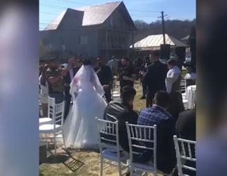 """Paranghelie de pandemie. Politistii din Arges au spart o nunta mare, la care se canta """"Asa petrecem noi in carantina!"""" (Video)"""