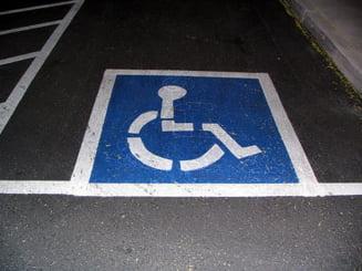 Parchezi abuziv pe locurile destinate persoanelor cu handicap, platesti 100 de lei