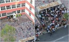 Parinti inghesuiti la poarta scolii, iar in curte copiii respecta masurile de distantare. Imaginea din Romania care a devenit virala pe internet
