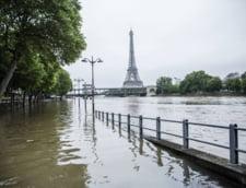 Parisul, sub ape: Cativa tineri au inotat pe bulevardele inundate (Video)