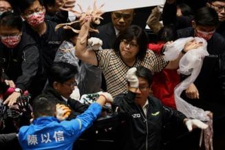 Parlamentarii din Taiwan s-au luat la bataie si au aruncat cu mate de porc in Parlament