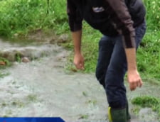 "Partea ""buna"" a inundatiilor: Oamenii pescuiesc in curti si pe strazi (Video)"