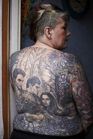 Pasiune fara limite: O fana Twilight a investit o mica avere in tatuaje tematice