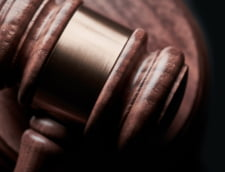 """Patru detinuti din Bacau l-au batut in sala de judecata pe un coleg de penitenciar care """"i-a turnat"""". Judecatorii le-au dat un spor de pedeapsa"""