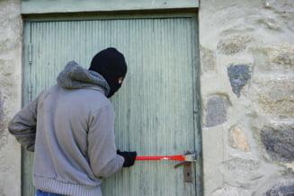 Patru grupari specializate in furturi din locuinte, sparte de politie. Sapte persoane au fost arestate preventiv