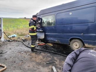 Patru persoane au murit într-un accident pe DN2. Traficul este blocat