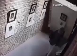 Patru tinere au distrus doua tablouri valoroase pentru ca au vrut sa-si faca un selfie (Video)