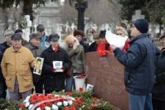 Pelerinaj la mormantul sotilor Ceausescu, la 27 de ani de la Revolutie (Galerie foto)