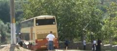 Pelerini, cu autocarul direct in gardul Manastirii Clocociov