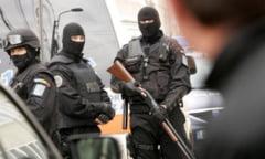 Perchezitii la Sintesti. Trei persoane retinute de politistii giurgiuveni