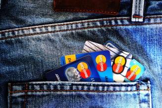 Perchezitii la persoane suspectate de spalare de bani, asociate cu un caz de clonare de carduri din SUA. Un roman este implicat in retea