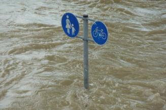 Pericolul de inundatii nu a trecut. Codul portocaliu, prelungit pana miercuri