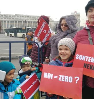 Persoanele cu dizabilitati protesteaza in tara dupa ce Guvernul le-a ignorat in buget: Nu negociem viata! (Foto & Video)