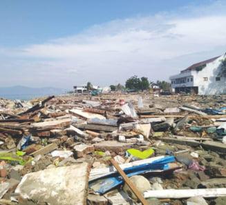 Persoanele decedate in urma cutremurului din Indonezia au inceput sa fie inhumate intr-o groapa comuna