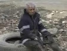 """Pescar """"echipat"""" in lenjerie intima, blocat in mijlocul unui lac din Tulcea"""