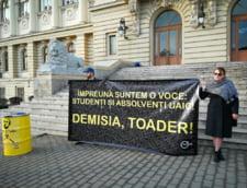 Peste 1.000 de absolventi si studenti ai Universitatii Cuza din Iasi cer demisia lui Toader din functia de rector