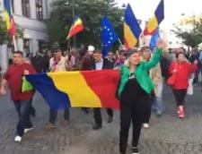 Peste 1.000 de oameni au scandat la Sibiu in fata sediului PSD: Repetenti si infractori nu va vrem conducatori