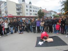 Peste 150 de persoane au invatat vineri despre tehnicile de acordare a primului ajutor