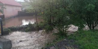 Peste 150 de subsoluri si 250 de curti si gospodarii din Vlahita si Capalnita sunt inundate. O persoana varstnica a fost evacuata