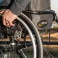 Peste 50.000 de adulti cu dizabilitati vor beneficia in continuare de sprijinul financiar de 500 de lei