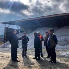 Peste 600 tone de sare sunt deja in Baza Tihuta. Prefectul Frent a evaluat parcul auto si stocurile de material antiderapant