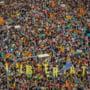 Peste jumatate de milion de oameni au protestat la Barcelona: Au aruncat cu pietre in politisti