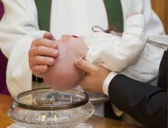 """Petitie online pentru modificarea ritualului botezului prin scufundare. """"Biserica trebuie sa reglementeze urgent aceasta practica!"""""""