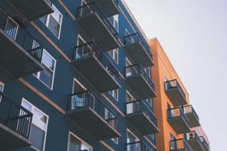 Piaţa imobiliară afectată din plin de inflaţie şi de creşterea explozivă a costurilor de construcţie. Efectele presiunilor pe preț pentru locuințele noi ANALIZĂ