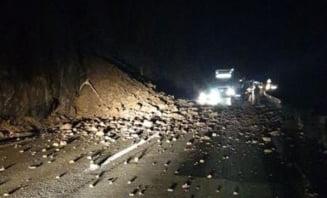 Pietre cazute pe drum la Bistrita Bargaului. Banda blocata