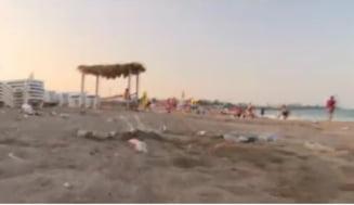 Plaja din Costinești, îngropată în munți de gunoaie. Tone întregi strânse în fiecare seară: sticle, pahare de plastic sau scutece