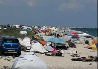 Plaja salbatica de la Vadu, invadata de mii de turisti cu masini