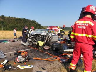 Plan roșu activat în Bacău: șapte persoane și-au pierdut viața după ce o mașină și un microbuz s-au izbit frontal FOTO