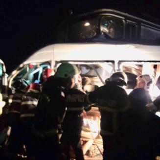 Plan rosu de interventie in Buzau, dupa ce un microbuz cu pasageri a fost lovit de tren: 3 morti si peste 10 raniti